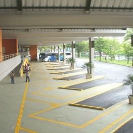 Na foto, destaque para piso tátil instalado próximo às baías de ônibus para auxiliar deficientes visuais.