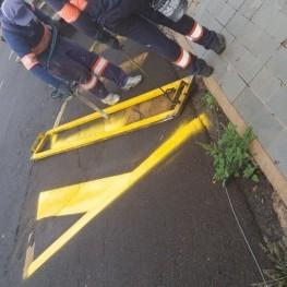 Na foto, funcionários da EMDEF realizando o trabalho de pintura e sinalização de solo.