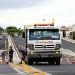 Na foto, destaque para a  equipe da Emdef realizando sinalização de solo em viaduto do município.