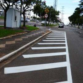 Na foto, destaque para o serviço de sinalização de solo realizado em avenida do município.