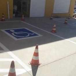 Na foto, pintura de sinalização de solo indicando local para cadeirantes