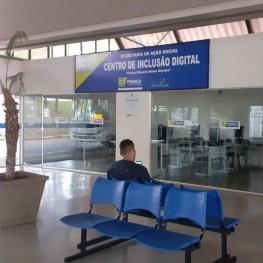 Na foto, destaque para assentos destinados aos usuários.