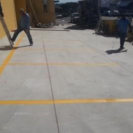 Na foto, marcação de solo sinalizando local de estacionamento