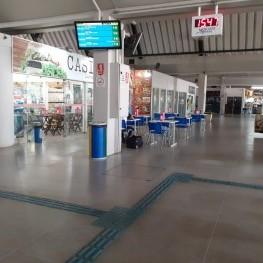 Na foto, destaque para painéis que indicam horários de chegada e saída dos ônibus.