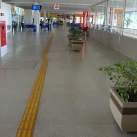 Na foto, destaque para piso tátil instalado para auxiliar pessoas com deficiência visual.