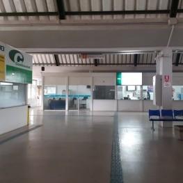Na foto, destaque para a placa de indicação do terminal de turismo.