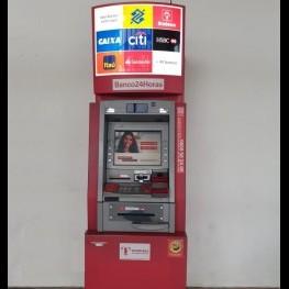 Na foto, destaque para caixas eletrônicos instalados no saguão do terminal rodoviário.