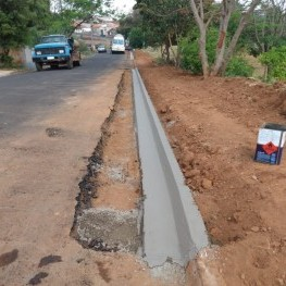 Na, foto preparação de solo para colocação de calçada